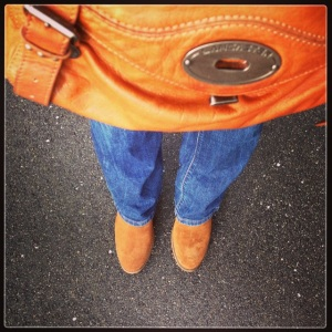 Version cowgirl: Jean Mango stone, boots ocre nubuck la Halle, Sac Lancaster