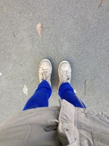 Pantalon bleu électrique Zara et speakers cloutés argentés Eram