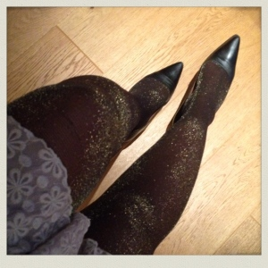C'est Noel: Robe Charleston grise en dentelle, collants fantaisie my Gambettes.box, escarpins talons plats Minelli