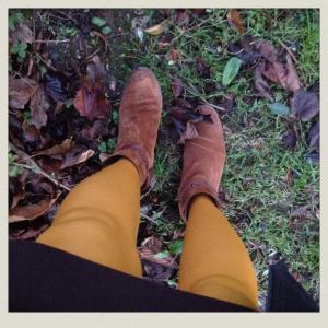 C'est encore l'automne: Jupe marron Esprit, collants ocre jaune ou moutarde,boots la Halle