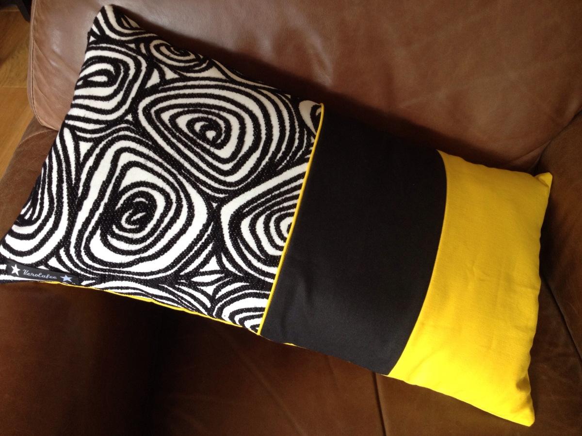 un coussin tricolore graphique. Black Bedroom Furniture Sets. Home Design Ideas